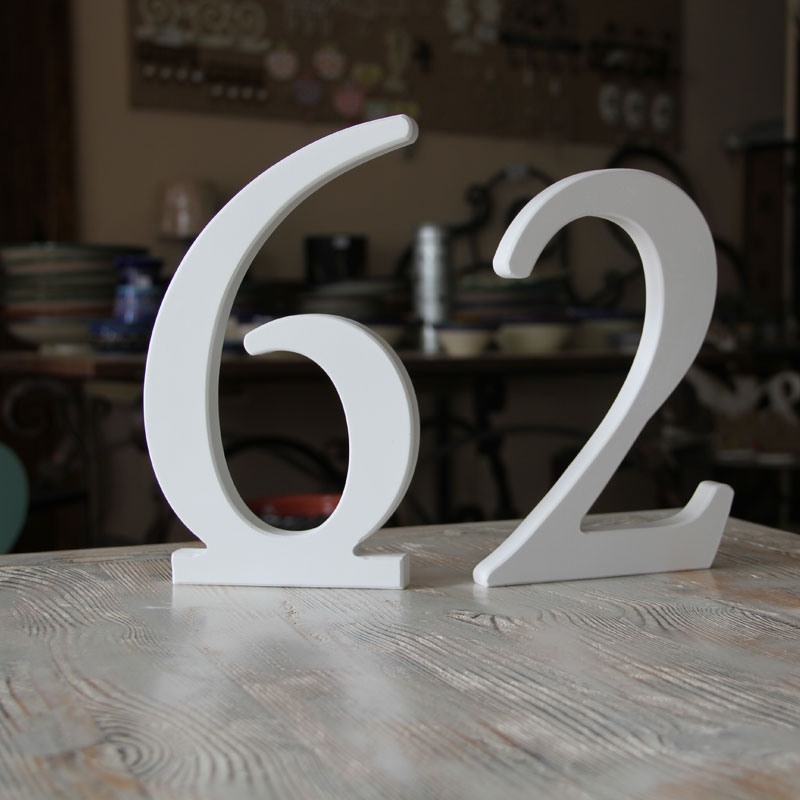 Muestra de letras artesanas en madera