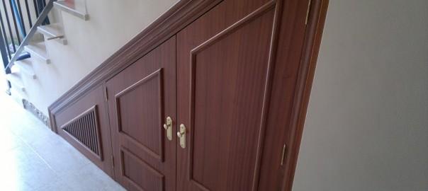 Artesan a forja y madera for Puertas debajo escalera