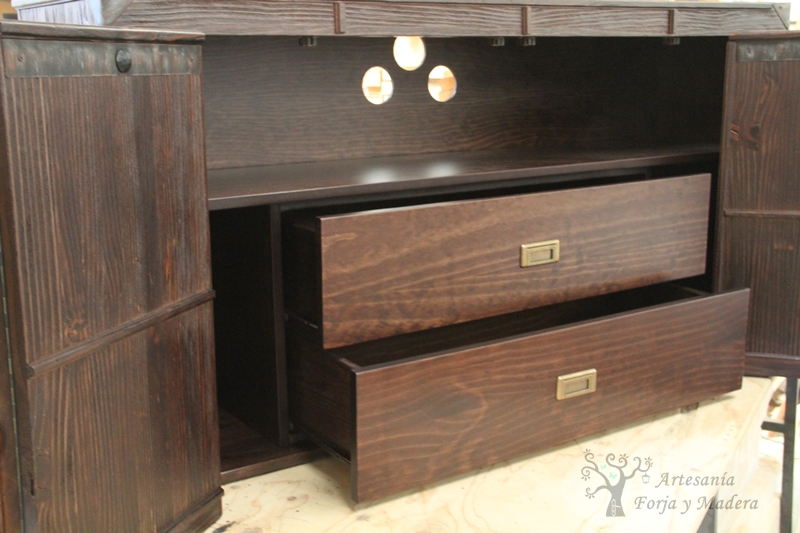 Se trata de mueble de baño con forma de baúl antiguo, que además de
