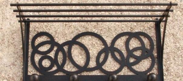 percha de hierro con estante