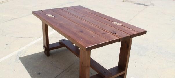 mesa de madera con cuerdas